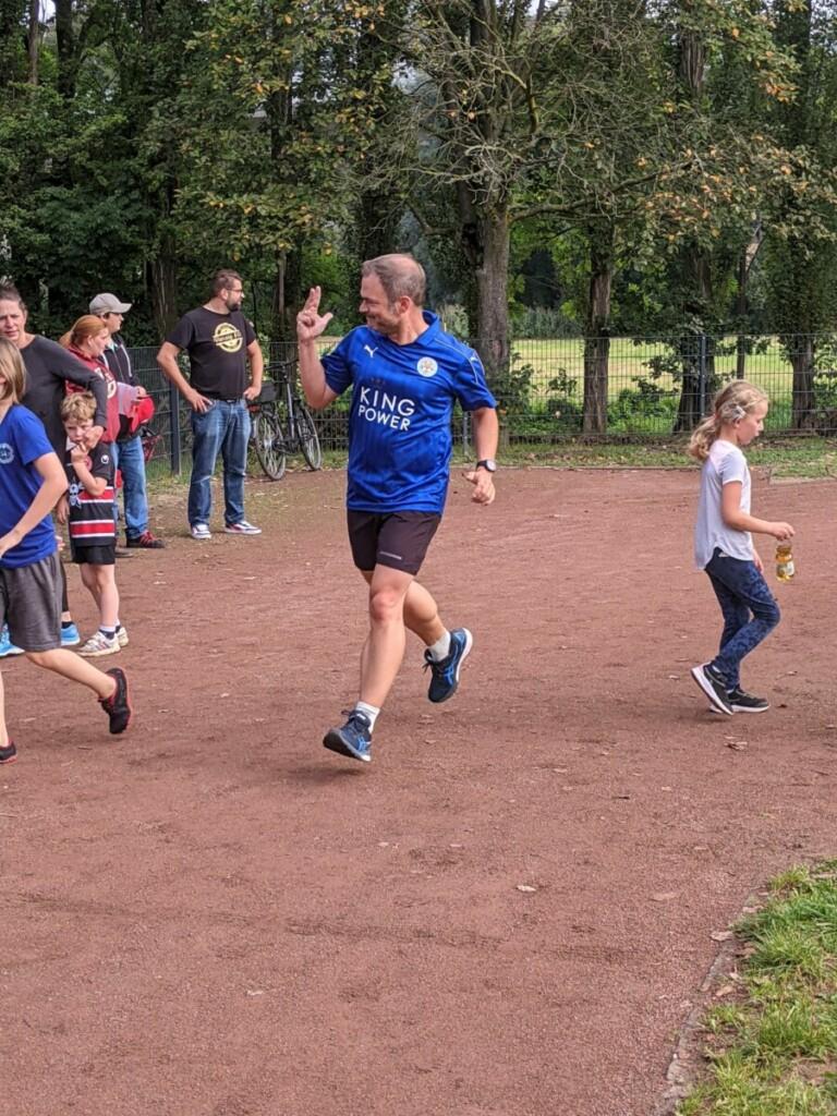 Läufergruppe spontan beim Spendenlauf